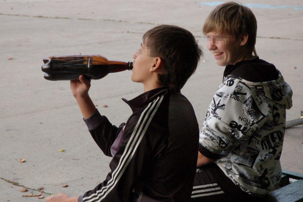 пьют молодыек 1024x683 - Пивной алкоголизм - насколько опасен?
