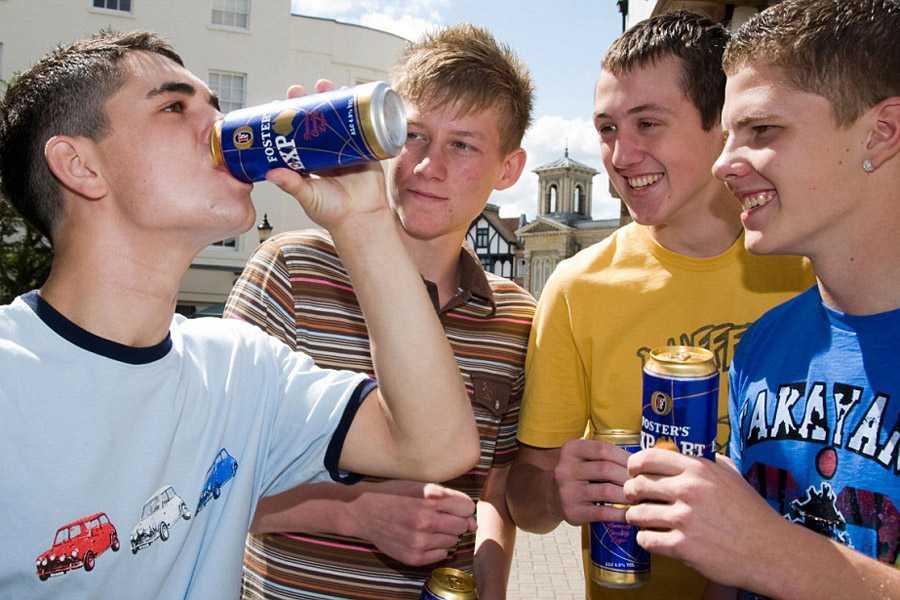 пьют подростки