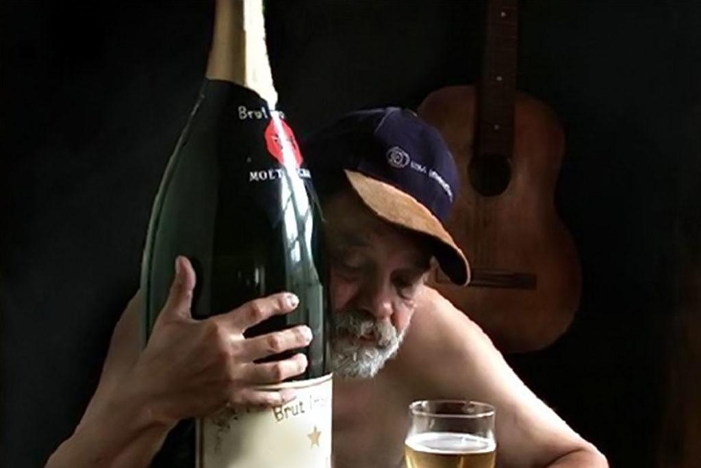 мужчина пьющий